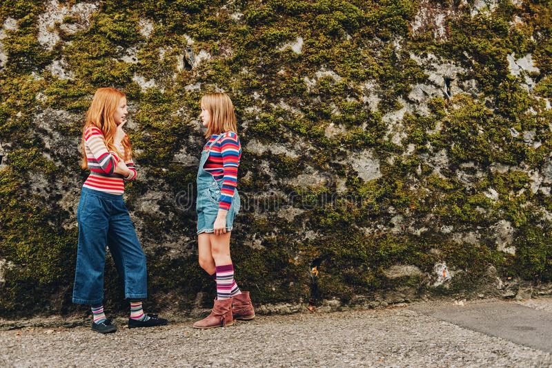 Plenerowy portret dwa śmiesznej preteen dziewczyny zdjęcia royalty free