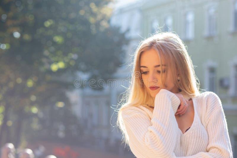 Plenerowy portret jest ubranym eleganckiego strój pozuje przy ulicą z naturalnym słońca światłem wspaniały model Opróżnia przestr zdjęcia stock