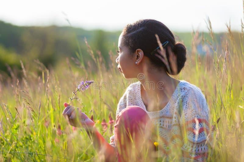 Plenerowy portret młoda amerykanin afrykańskiego pochodzenia nastoletnia dziewczyna fotografia royalty free