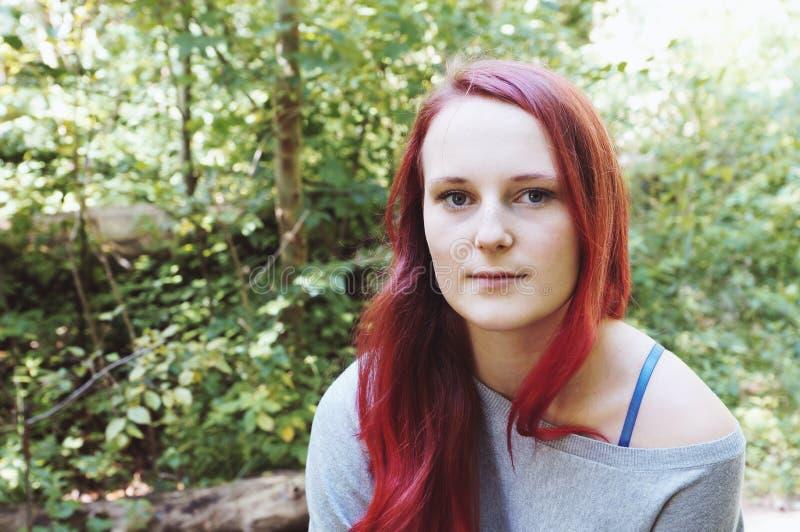 Plenerowy portret młoda kobieta w lesie obrazy royalty free