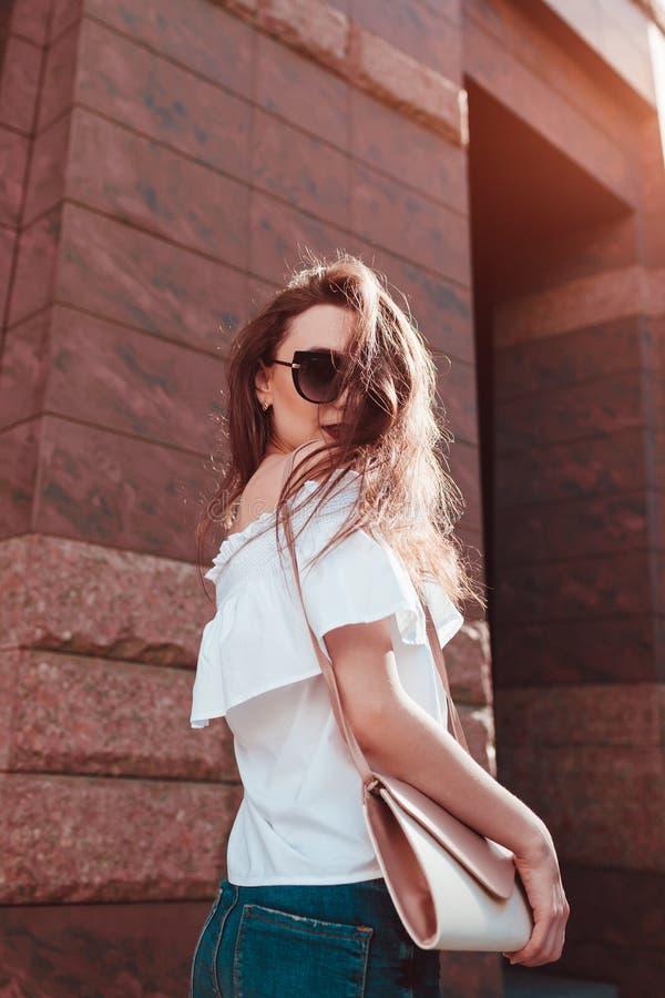 Plenerowy portret młoda piękna szczęśliwa kobieta na miasto ulicie Wzorcowa jest ubranym elegancka lato odzież, akcesoria i obraz stock