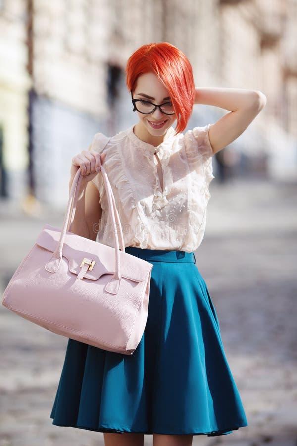 Plenerowy portret młody piękny modny szczęśliwy uśmiechnięty rudzielec damy odprowadzenie przy ulicą Wzorcowy być ubranym eleganc zdjęcie royalty free