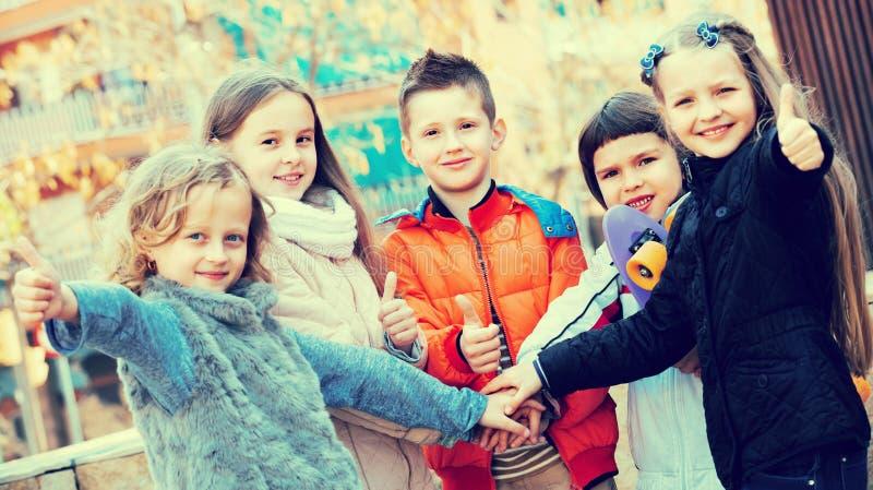 Plenerowy portret młodzieżowej szkoły dzieciaki obraz stock