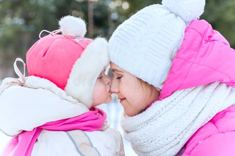 Plenerowy portret matka i dziecko Córka całuje jej mothe obrazy royalty free