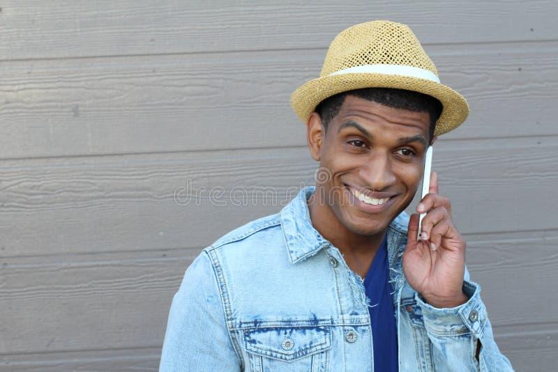 Plenerowy portret nowożytny młody człowiek z telefonem komórkowym z kopii przestrzenią na lewej stronie obrazy stock