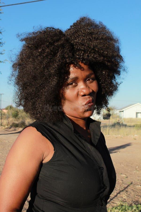Plenerowy portret piękna afrykańska kobieta z afro włosy fotografia stock