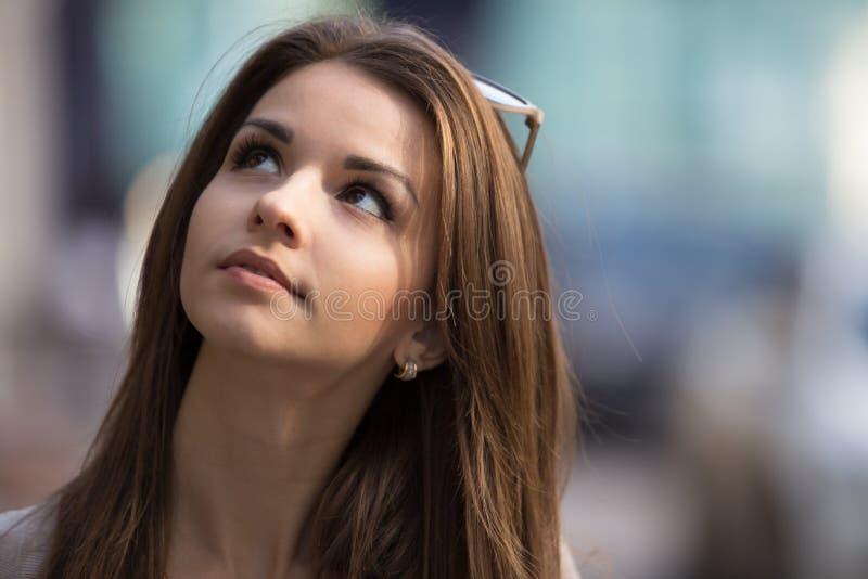 Plenerowy portret piękno młoda kobieta zdjęcie stock