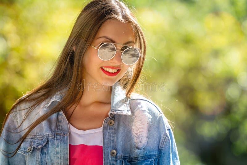 Plenerowy portret pi?kny, emocjonalny, m?oda kobieta w okularach przeciws?onecznych mi?kkie t?o kosmos kopii obraz stock