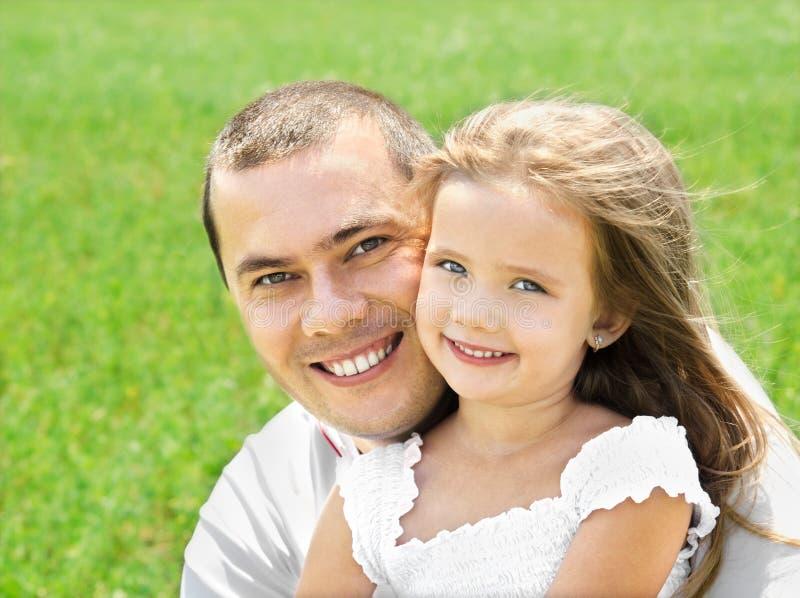 Plenerowy portret szczęśliwy uśmiechnięty młody człowiek i mała dziewczynka obraz royalty free
