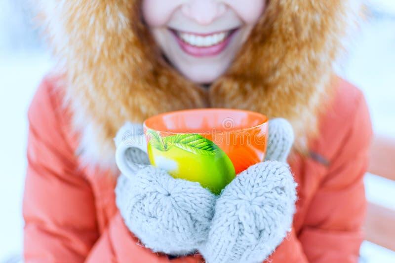 Plenerowy portret uśmiechnięta młoda kobieta w futerkowym kapiszonie Drinkin obraz royalty free