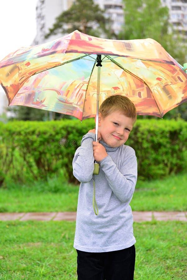 Plenerowy portret urocza mała blond chłopiec z parasolem obraz royalty free
