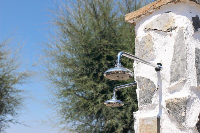 Plenerowy prysznic kropidło przy plażą Prysznic głowy obok basenu Chłodzący przy gorącym letnim dniem, orzeźwienia pojęcie zdjęcia royalty free