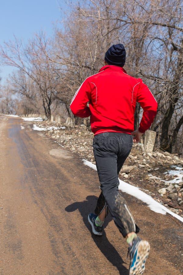 Plenerowy przez cały kraj bieg w wczesnym wschodu słońca pojęciu dla ćwiczyć, sprawności fizycznej i zdrowego stylu życia, fotografia stock