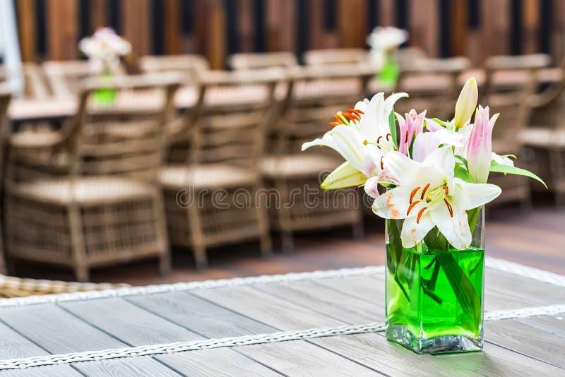 Plenerowy restauracyjny wnętrze z łozinowymi krzesłami obraz stock