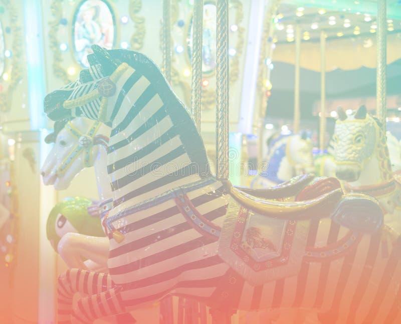 Plenerowy rocznika latającego konia carousel w mieście zdjęcia royalty free