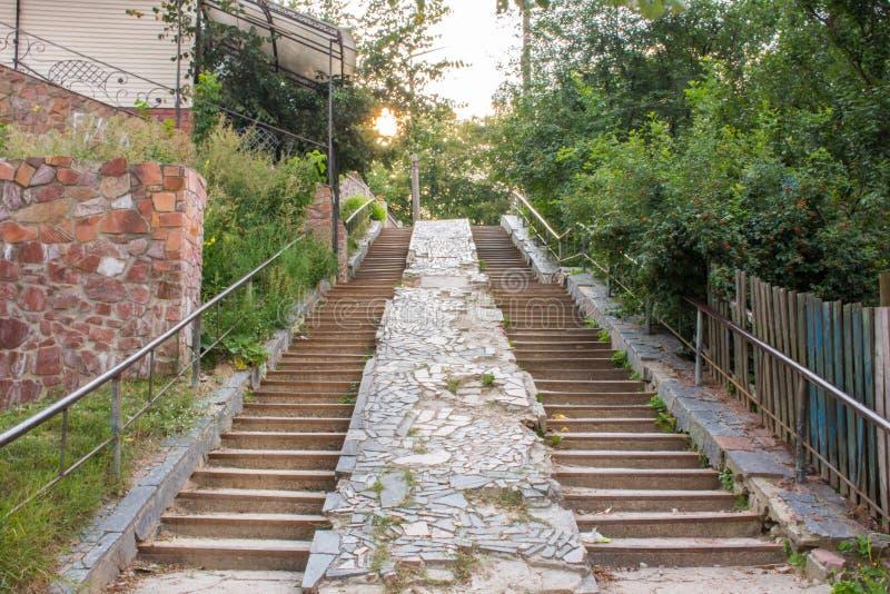 Plenerowy schody z dwa lotami schodek klatki schodowe w w górę i na dół kierunku ruch wschód słońca Pojęcie wyborowy d obraz stock