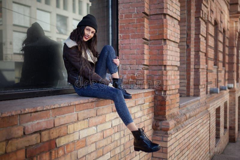 Plenerowy styl ?ycia portret ?adna m?oda dziewczyna, jest ubranym modnisia swag grunge styl na miastowym tle r zdjęcia royalty free