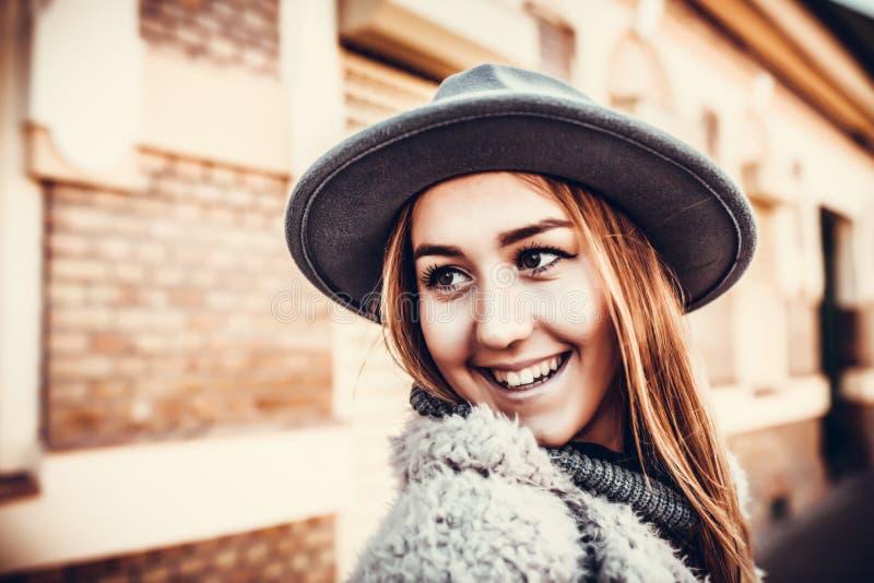 Plenerowy stylu życia zakończenie w górę portreta szczęśliwa blondynki młoda kobieta obraz royalty free