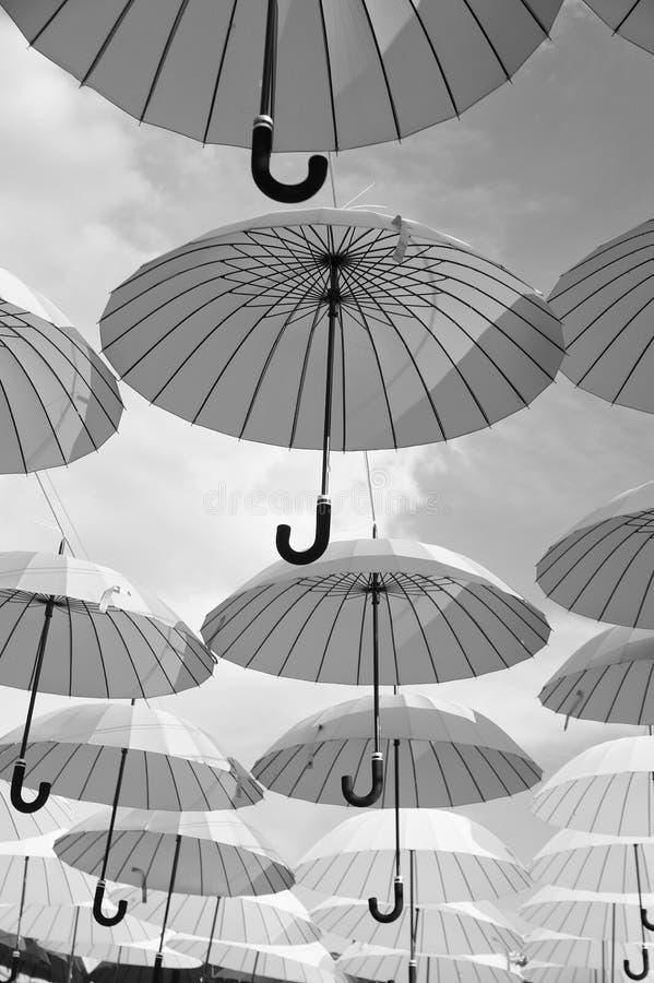 Plenerowy sztuka projekt, wystrój i Parasola pławik w niebie na słonecznym dniu Parasolowa niebo projekta instalacja Wakacje i fotografia royalty free