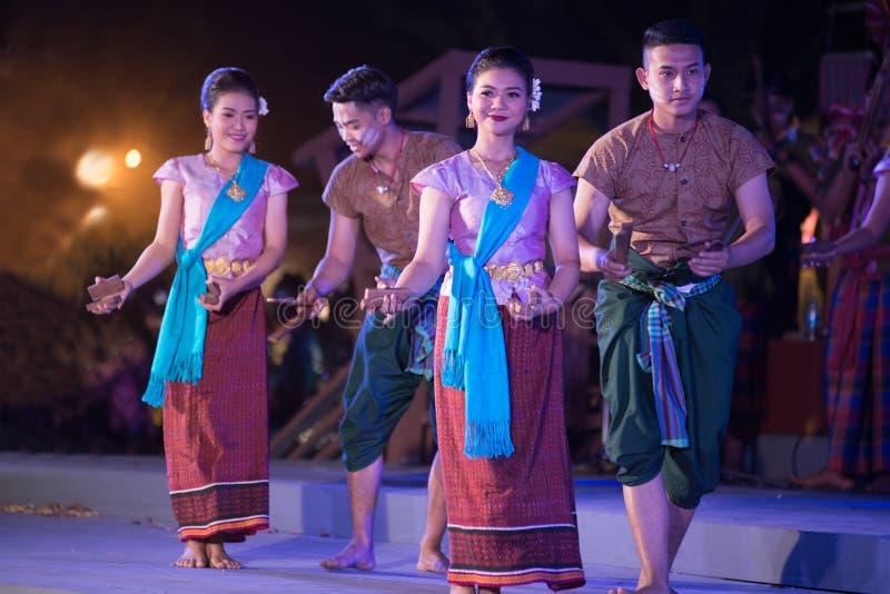 Plenerowy Tajlandzki tancerz jest Northeastern tradycyjnym Tajlandzkim tanem na platformie w uczestnikach bierze udział w świętow obraz stock