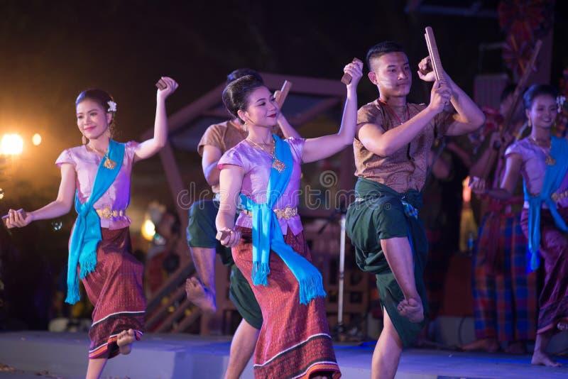 Plenerowy Tajlandzki tancerz jest Northeastern tradycyjnym Tajlandzkim tanem na platformie w uczestnikach bierze udział w świętow zdjęcia royalty free