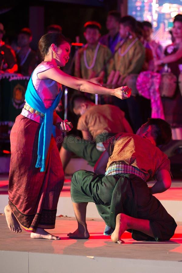 Plenerowy Tajlandzki tancerz jest Northeastern tradycyjnym Tajlandzkim tanem na platformie w uczestnikach bierze udział w świętow fotografia stock