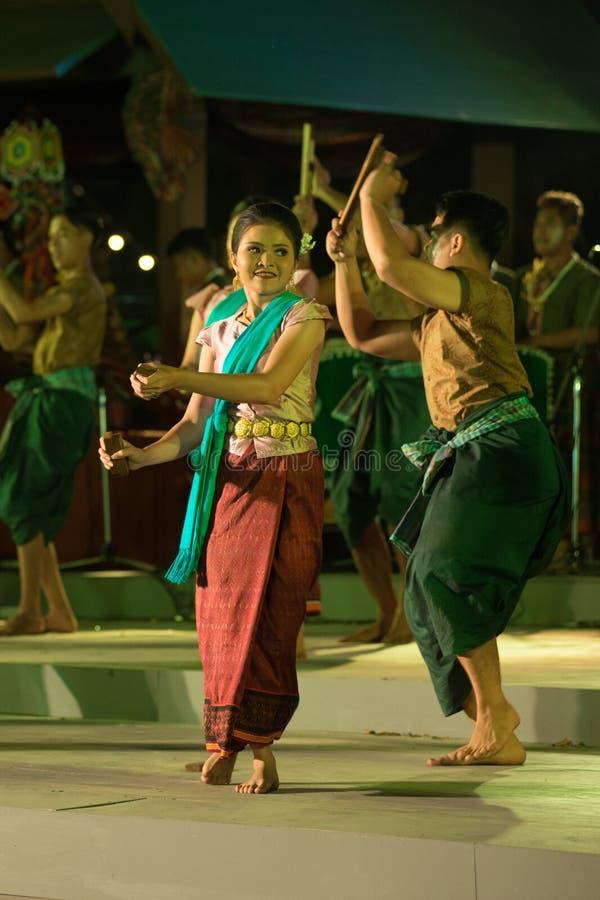Plenerowy Tajlandzki tancerz jest Northeastern tradycyjnym Tajlandzkim tanem na platformie w uczestnikach bierze udział w świętow obrazy stock