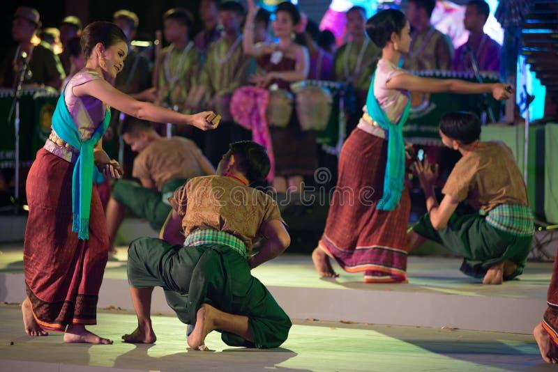Plenerowy Tajlandzki tancerz jest Northeastern tradycyjnym Tajlandzkim tanem na platformie w uczestnikach bierze udział w świętow zdjęcie stock