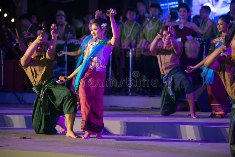 Plenerowy Tajlandzki tancerz jest Northeastern tradycyjnym Tajlandzkim tanem na platformie w uczestnikach bierze udział w świętow obrazy royalty free
