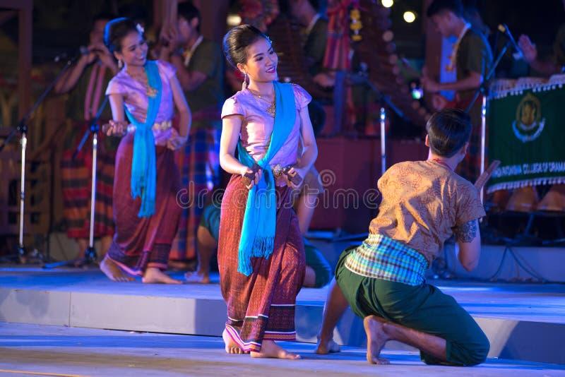 Plenerowy Tajlandzki tancerz jest Northeastern tradycyjnym Tajlandzkim tanem na platformie w uczestnikach bierze udział w świętow zdjęcia stock