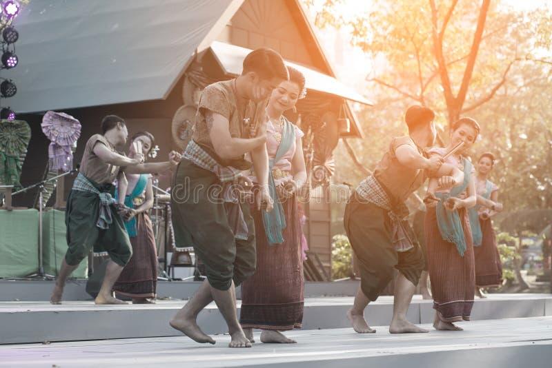 Plenerowy Tajlandzki tancerz jest Northeastern tradycyjnym Tajlandzkim tanem na platformie w uczestnikach bierze udział w świętow obraz royalty free