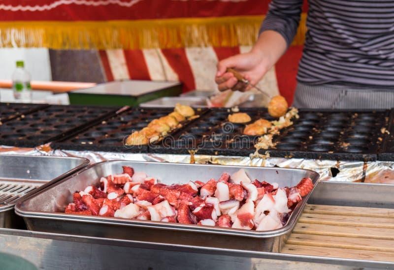 Plenerowy takoyaki kucharstwo przy festiwalem Yabusame - typ wspinający się lub horseback łucznictwo w tradycyjnym Japońskim styl obraz royalty free