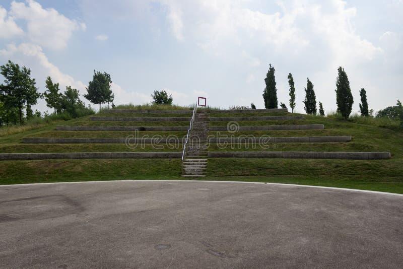 Plenerowy teatr przed niebieskim niebem zdjęcie stock
