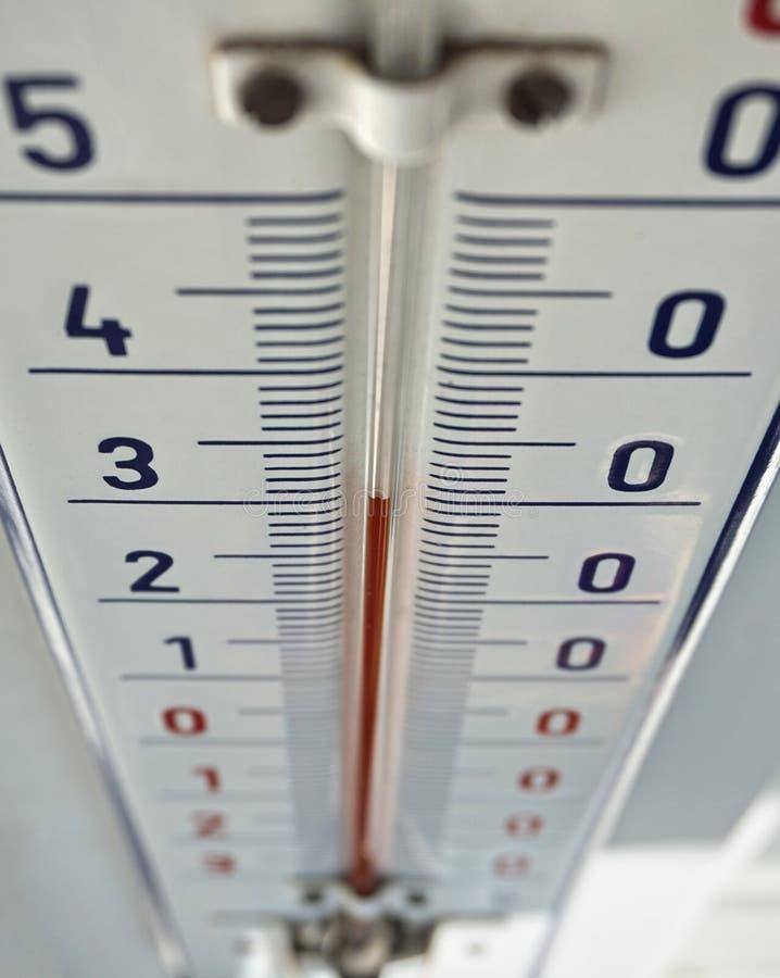 Plenerowy termometr z retro projekta wystawiać wysokotemperaturowy trzydzieści stopni Celsius zdjęcia royalty free
