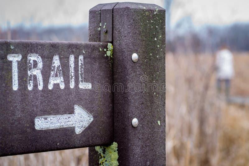 Plenerowy trailhead znak z strzała i miękką ostrością zdjęcia royalty free