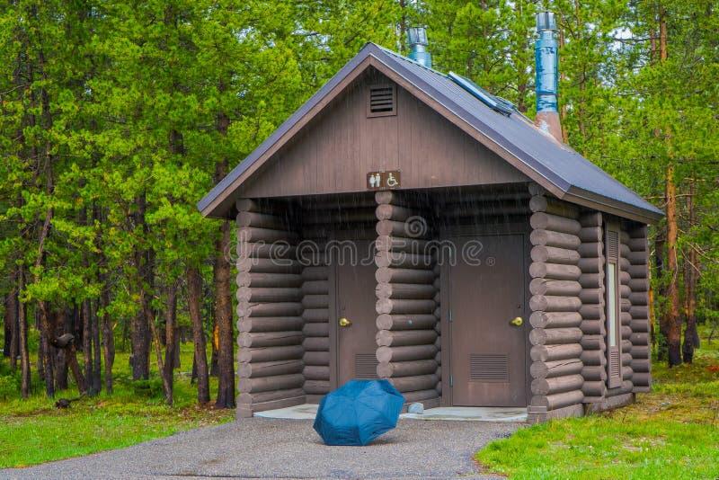 Plenerowy widok drewniane i ekologiczne kabiny łazienki, lokalizować w lesie przy w Granie Teton, piękna natura zdjęcia stock
