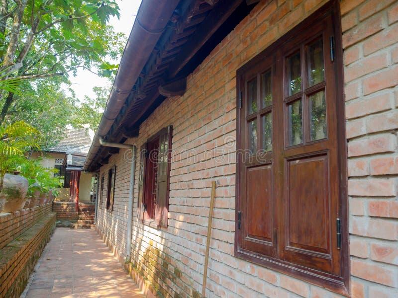 Plenerowy widok sala dom, okno, drzwi i budynku strucure z tradycyjną słomą, nieociosany i klasyczny, zdjęcie royalty free