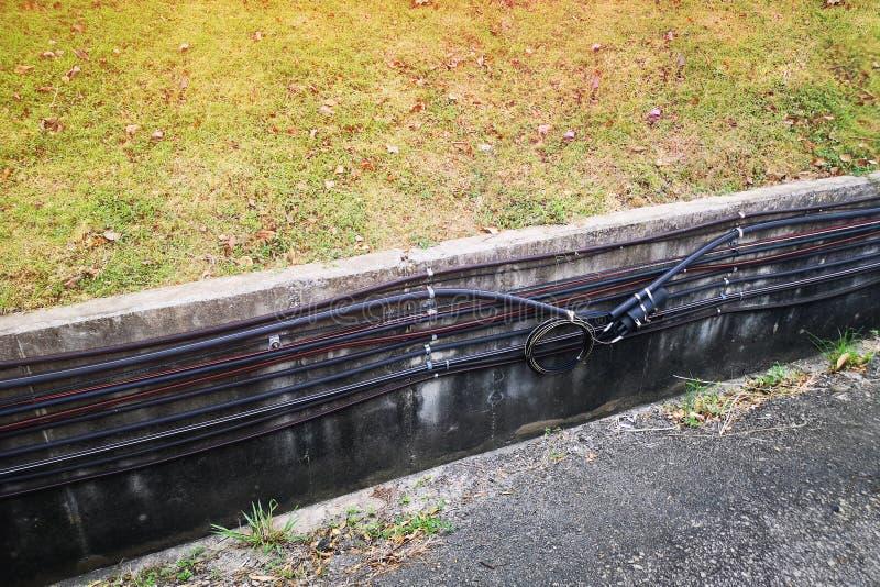 Plenerowy wodoodporny izolujący drut, kabel, internet, benzynowy sznur, klingerytu kranowy system obrazy stock