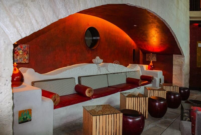 Plenerowy zaświecający siedzący teren w łuku z betonową ozdobną ławką, stoły i ławeczki obrazy royalty free