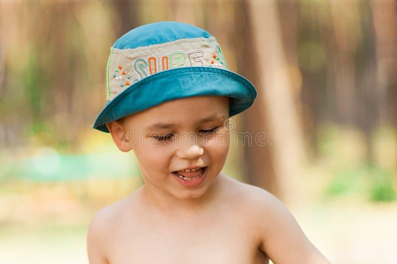 Plenerowy zakończenie w górę portreta chłopiec w kapeluszu Tło, jeden osoba, dziecko, 4-5 lat obrazy stock