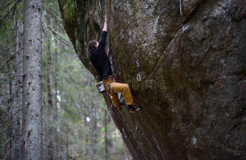 Plenerowy zima sport Rockowy arywista unosi się wymagającą falezę Krańcowy sporta pięcie zdjęcia royalty free