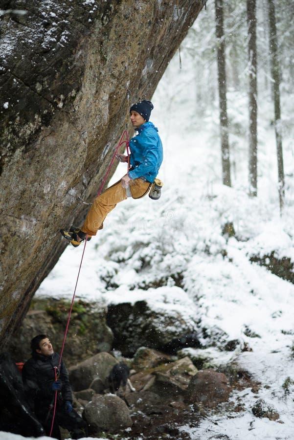 Plenerowy zima sport Rockowy arywista unosi się wymagającą falezę Krańcowy sporta pięcie obraz royalty free