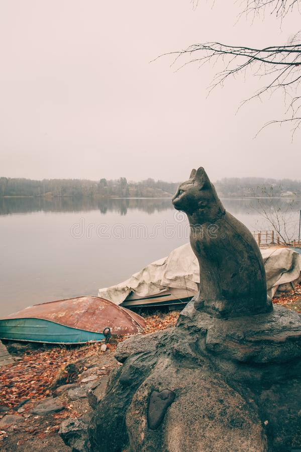Ples Russia November 1, 2018: the figure of a black cat on the river Bank is a symbol of the city. Ples old Russian city in Russia. On the Volga in late autumn royalty free stock photos