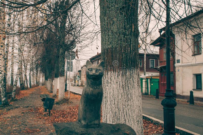Ples Russia November 1, 2018: the figure of a black cat on the river Bank is a symbol of the city. Ples old Russian city in Russia. On the Volga in late autumn stock images