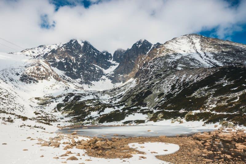 Pleso de Skalnate, lago em montanhas de Tatra no inverno fotos de stock