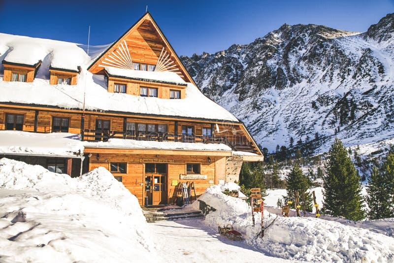 Pleso van Popradske van het berghotel in Hoge Tatras-bergen, Slovaki royalty-vrije stock afbeelding