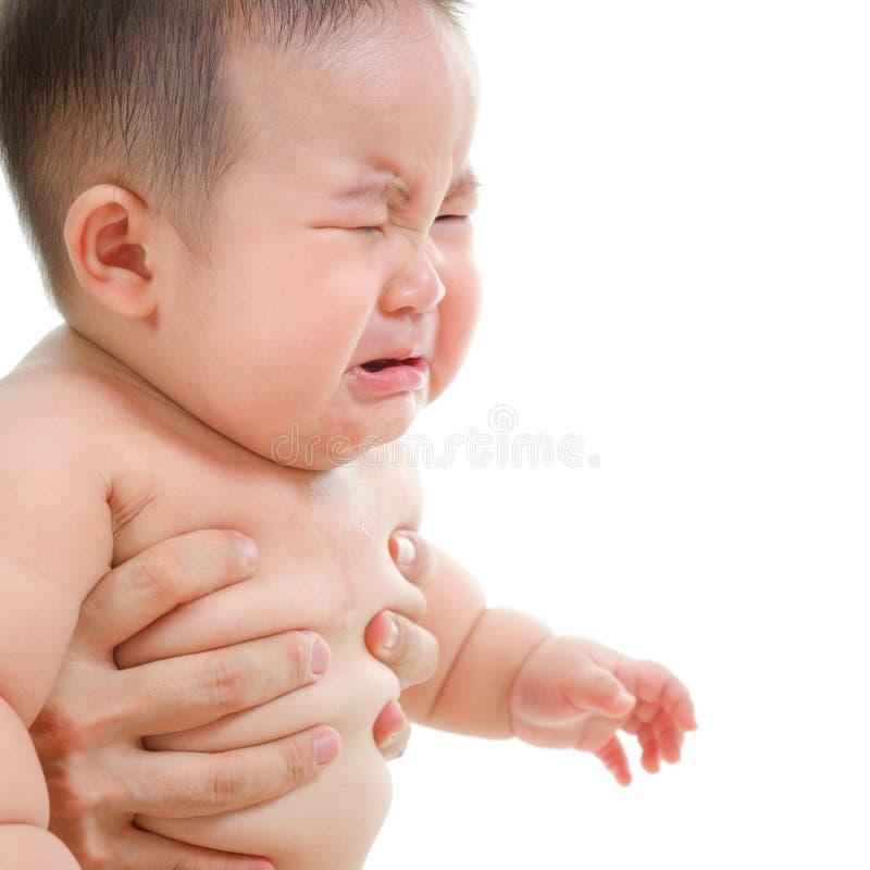 Pleurer asiatique triste de bébé garçon photographie stock libre de droits