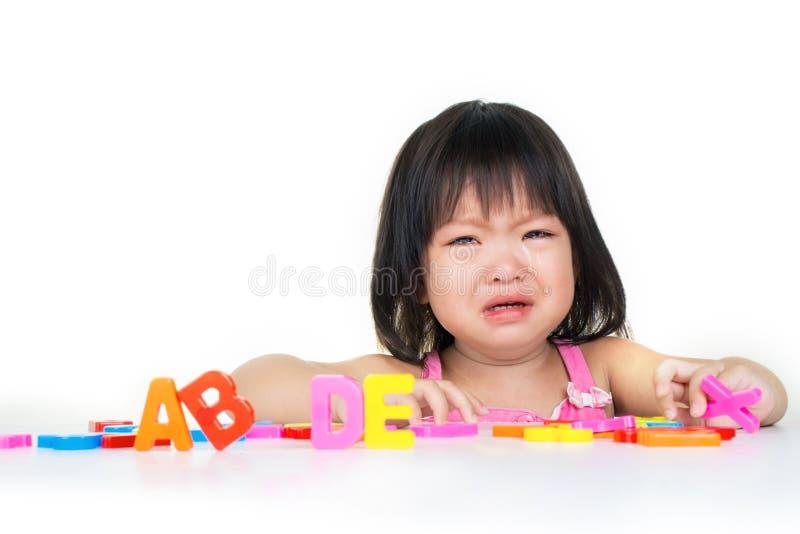 pleurer de fille d'enfant d'isolement photographie stock libre de droits