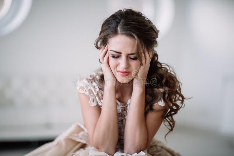 Pleurer de jeune mariée photographie stock libre de droits