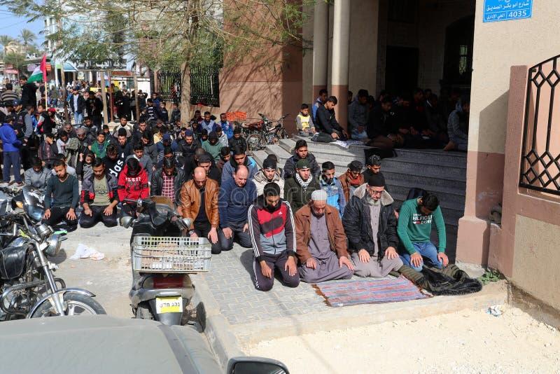 Pleurez pendant sa cérémonie funèbre dans Rafah, dans le du sud de la bande de Gaza photo libre de droits